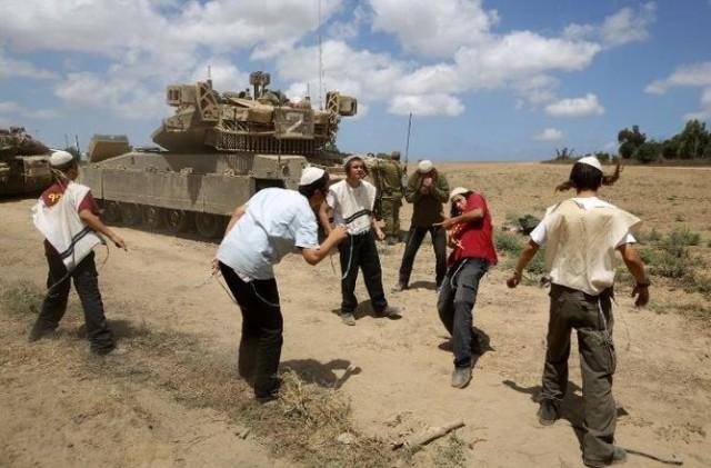 İsrail, Gazze'ye operasyon yaptığından bu yana dün en büyük katliamı yaptı. İsrail askerleri Gazze'de katliam yaparken, aşırı sağcı İsrailliler ve askerler de sınırda tankların etrafında dans ederek, kutlama yaptı.