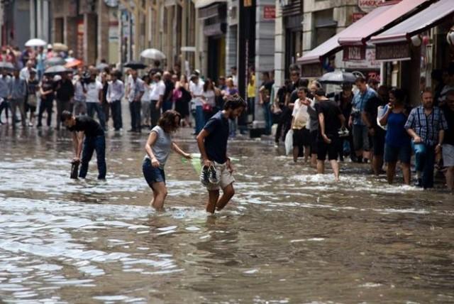 İstanbul'da yağan yağmur kenti göle çevirdi. Yağış sonrası İstiklal Caddesi'ni su bastı. Sosyal medyada İstiklal nehri yorumları yapıldı. İşte Cumhuriyet'ten Vedat Arık'ın objektifinden İstiklal Caddesi'nin yağmurla imtihanı...