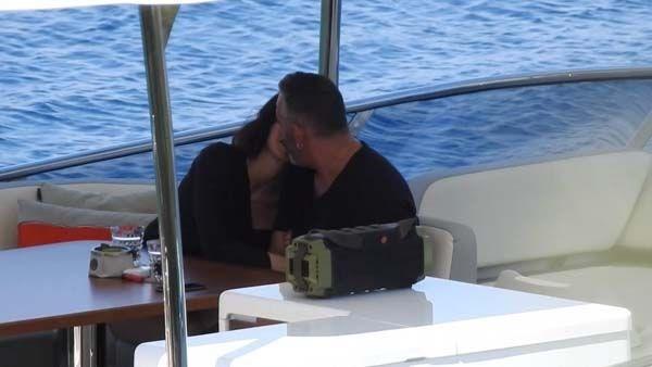 Sürpriz bir aşka yelken açan Cem Yılmaz ve Defne Samyeli, Bodrum'da tatil sezonunu açtı. Keyifli halleriyle dikkat çeken sevgililer, gün boyu romantik şarkılar dinleyip, deniz ve güneşin tadını çıkardı. Cennet Koyu'na demir atan teknenin üst kısmında müzik eşliğinde sohbet eden ikili romantik anlar paylaştı...