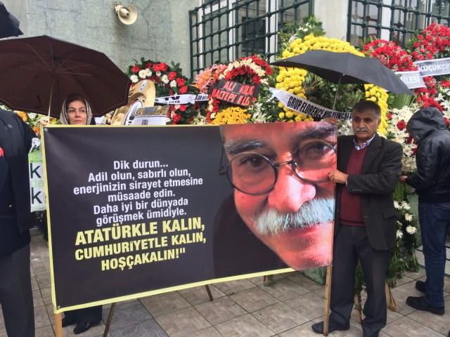 Ülkemizin yetiştirdiği en büyük mizah ustalarından biri olan, aydınlık ve laik Türkiye'nin yılmaz savunucusu, büyük tiyatro oyuncusu Levent Kırca bugün alkışlar, gözyaşları ve 'Mustafa Kemal'in Askerleriyiz' sloganlarıyla ebedi istirahatgahına uğurlandı...