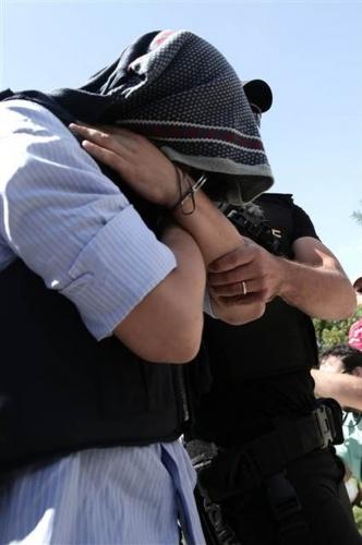 """FETÖ darbe girişiminin ardından Yunanistan'a kaçan sekiz darbeci asker, mahkemeye çıkarılmak üzere Dedeağaç adliyesine getirildi. Polis eşliğinde adliye binasına giren askerler yüzlerini kapatırken, ellerinin kelepçeli olduğu görüldü. Tam bu esnada Türkiye'de özellikle sanat camiasında SİSİ olarak tanınan ve ünlülerin menajeri olarak bilinen Seyhan Soylu Türk bayrağı açarak askerlere """"Hepiniz darbecisiniz. Katilsiniz!"""" diye bağırarak tepkisini gösterdi."""